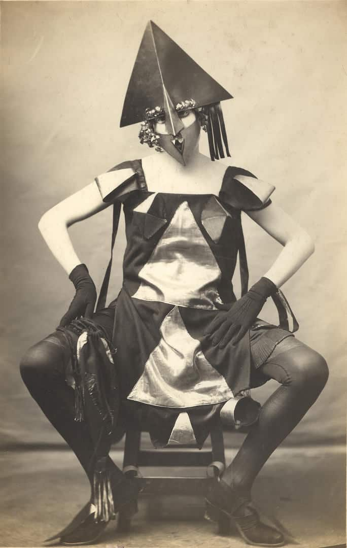 A day with Marie Vassilieff, Pierre Delbo (photographe), Costume Arlequine de Marie Vassilieff pour le Bal Banal, 1924, Collection Claude Bernès. Droits réservés.