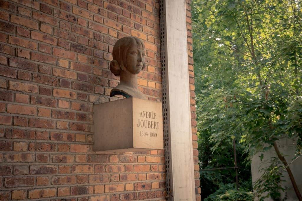Buste d'Andrée Joubert, Le Hameau