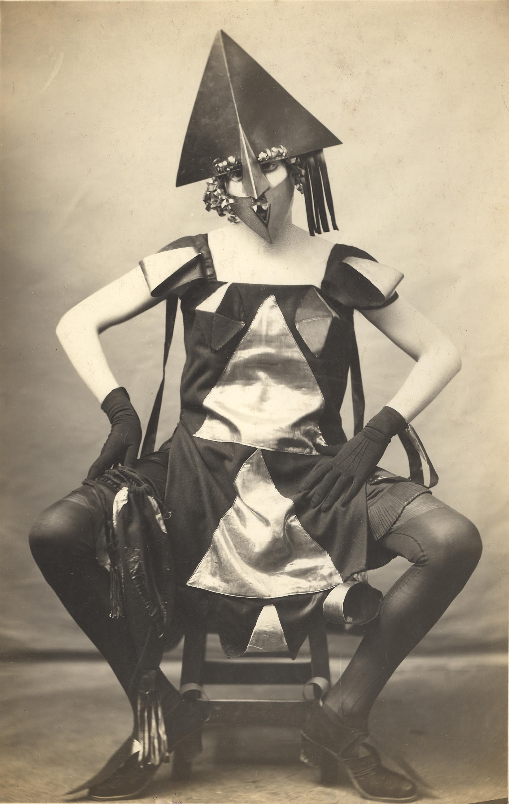 """A day with Marie Vassilieff"", Pierre Delbo (photographe), ""Costume Arlequine de Marie Vassilieff pour le Bal Banal"", 1924, Collection Claude Bernès. Droits réservés."