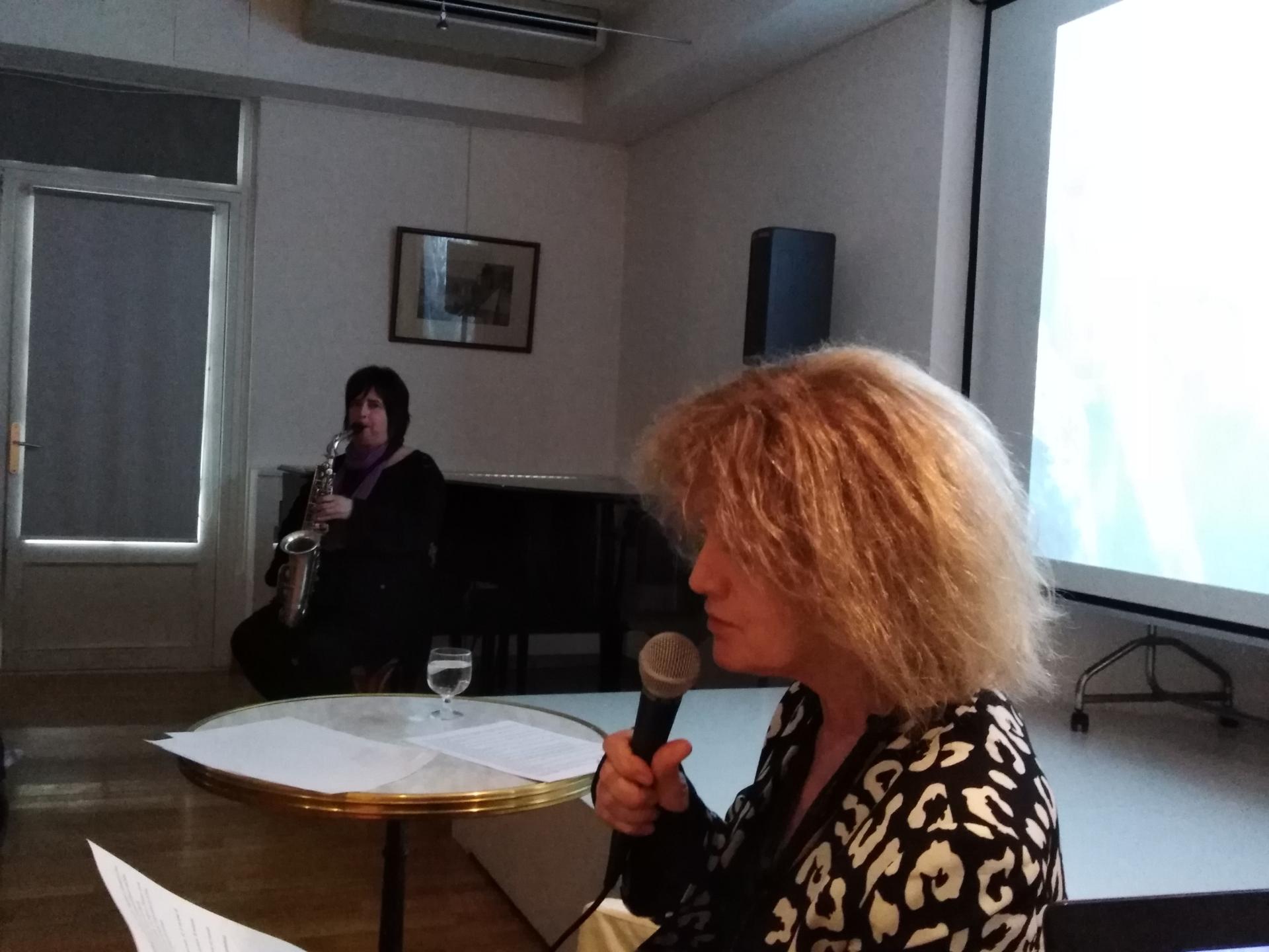 """L'écrivaine Noëlle Châtelet et la saxophoniste Géraldine Laurent durant la performance """"A table"""""""
